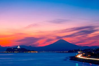 江ノ島&富士山を同時に楽しみたいなら、鎌倉高校前〜稲村ヶ崎エリアから夕日を眺めてみてください。ふたつの美しいシルエットが、夕日に照らされて素晴らしい景色を作り出します。