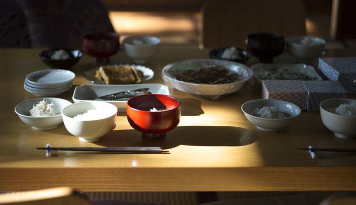 真っ白な器で揃いがちな毎日の食卓。そんな中にたった1つ漆器を加えるだけで、こんなにも素敵な食卓に大変身!