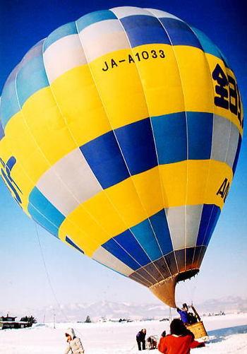 北海道では、冬限定で風まかせの熱気球フリーフライトが楽しめます。係留では味わえない爽快感。雄大な銀世界を眼下に見下ろしながらスケールの大きな大空散歩が体験できます。