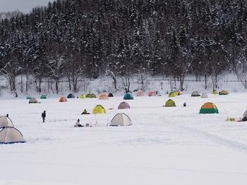 氷上にテントを張って寒さ対策をしたり、ストーブを備えた「ドーム船」に乗って船底の穴から釣り上げる方法もあります。