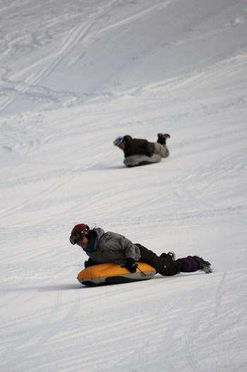 視線が雪面に近いので、スピード感が爽快で迫力満点だそうです♪スキー・スノボもいいですが、こんなアトラクションもぜひ楽しんでみたいですね。