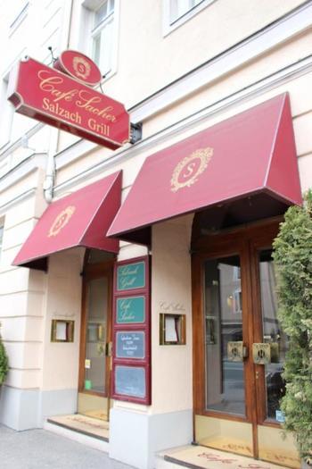 有名な「ホテル・ザッハー・ザルツブルク」のカフェの入口。老舗ホテルらしい高級感が漂っています。