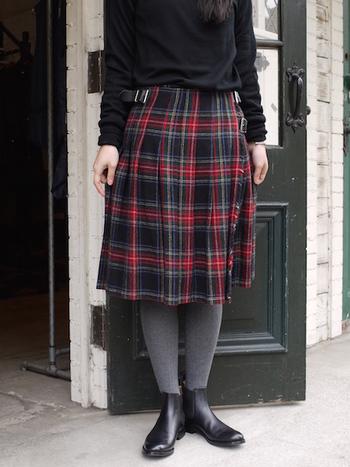 定番は両サイドをベルトでとめる巻きスカート。フロンとはシンプルなデザインですが、バックとサイドがプリーツに。