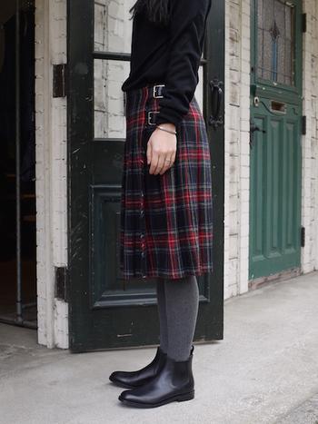 サイドのベルトでサイズ調整が可能。腰で落として履いたり、ハイウエストでシャツをインしたり…着こなし方もいろいろ。