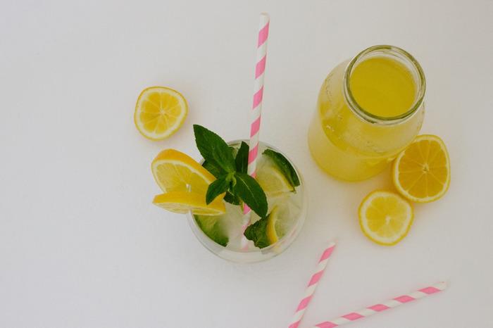 「ハーブコーディアル」とは、ハーブを抽出して果物や砂糖などの甘みを加えたハーブシロップです。 イギリスでは古くから各家庭で飲まれており、ハーブの効能もあり民間療法としても愛されてきました。