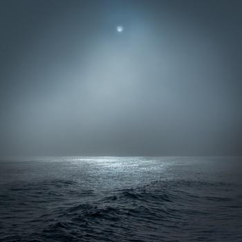 月がわたし達の身体や心に影響を及ぼす理由は、潮の満ち引きと関係が深いためです。月が満ち欠けると、あとを追うように潮も満ち引きするのですが、わたし達の身体も60%~70%が水分であることから、潮と同じような影響を受けるといわれています。