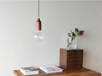 ライトのシェードは大きいものなので、電球の形をそのまま生かしたものならすっきりとまとまります。狭い部屋にもぴったりです。木のあたたかみも感じられるデザインです。