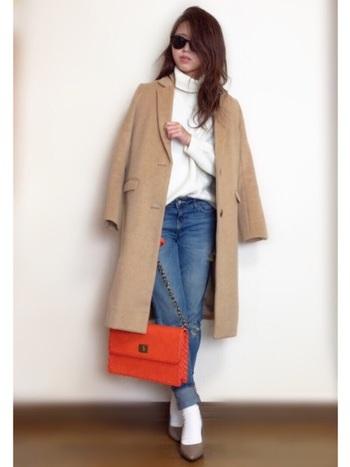 バッグなどワンポイントにオレンジを取り入れるテクニック。女性らしい華奢な雰囲気を意識してみましょう。