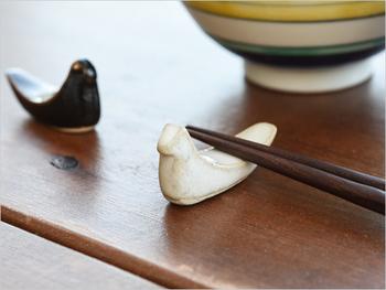 鳥モチーフの箸置きも人気ですよね。こちらは益子焼の箸置きです。黒と糠(ぬか)の2色展開です。かわいいけれどきちんと安定してお箸が置けるのがうれしいですね。飽きのこないシンプルで長く使えるデザインです。
