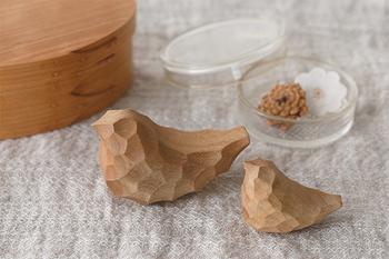 鹿児島にある工房「アキヒロ ウッドワークス」の木彫りの鳥、「Chicchi(チッチ)」。ひとつひとつ手仕事で掘られているので、世界にひとつだけの、自分だけのチッチ…と思うとものすごく愛着がわきそうですよね。やさしさたっぷりの木彫りのオブジェです。お子さんのおもちゃにもいいかもしれません♪