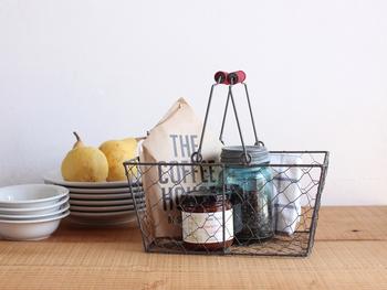 """だからこそ、""""収納力""""がとても大切。  使いやすくてお洒落なキッチンだと、料理も片付けも楽しくなり毎日でも立ちたくなるはず♪ 100均の優秀アイテムを使ってDIYできる、お洒落で使い勝手のよい収納法をたっぷりご紹介します。"""