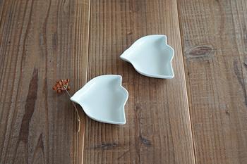 鳥モチーフは食器類でも人気ですよね。こちらは波佐見焼の鳥小皿です。すっきりと美しい白の小皿は、和洋問わずどんな食材にも使えて便利。シンプルな鳥のフォルムもおしゃれです。