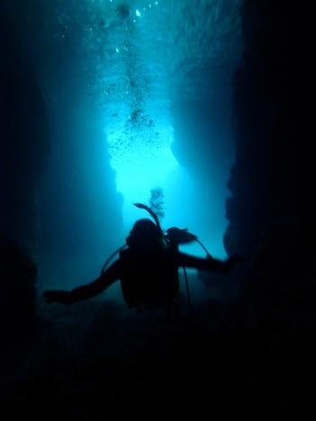 """太陽の光で洞窟内の海面が神秘的に輝くことで知られる沖縄の恩納村・真栄田岬にある通称""""青の洞窟""""。シュノーケリングや体験ダイビングのスポットとして人気ですが、とくに冬がおすすめ!"""