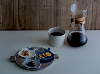 鳥モチーフのお皿といえば、人気のイイホシユミコさんの「tori plate」です。ふだんの食卓にはもちろん、とっておきデザートやお菓子を乗せたくなるかわいさですね。アクセサリートレイとしても♪