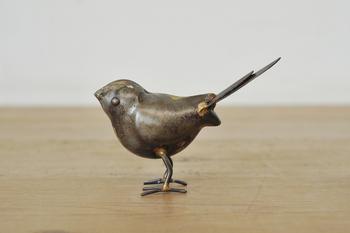 こちらはデンマークのブランド「house doctor(ハウスドクター)」の鳥のオブジェです。鉄製でアンティークな風合いは、男性のお部屋や、インダストリアルなインテリアにもおすすめです。重みがあるので、ペーパーウエイトとしても◎。