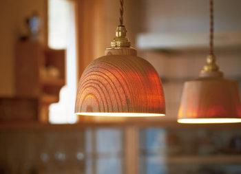 極限まで薄く加工された木のシェードは、明かりがうっすらと透けて見えます。家具も木目で揃えてた部屋にあわせたいですね。