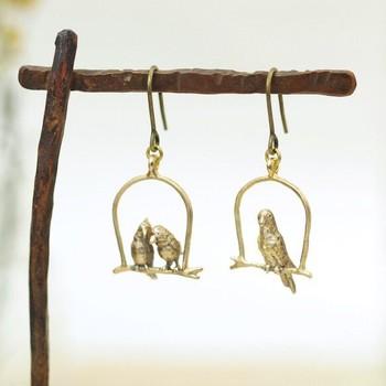 こちらは「ウケンムケン」さん製作の、小鳥のピアス/イヤリングです。本体部分は真鍮で作られています。繊細で丁寧なつくりで、思わずじっとみつめてしまいますね。真鍮独特の輝きが大人の雰囲気です♪