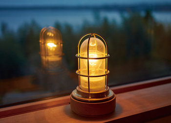 使っていくうちに味わいが出てくるランプ。一つ置くことで、殺風景な部屋の印象を変えることができます。天井のライトを変えられない場合にも、まずは間接照明から取り入れてみてはいかがでしょうか。