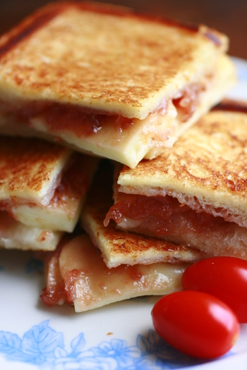 ラズベリージャムには、弾力のあるモッツアレラチーズと一緒に。フルーティーな甘酸っぱさとチーズのまったりとしたコクが美味しい組み合わせです。