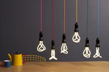 個性的なデザインの電球は、見る角度によって形が変わります。いくつか並べることでお部屋のアクセントになりますよ。