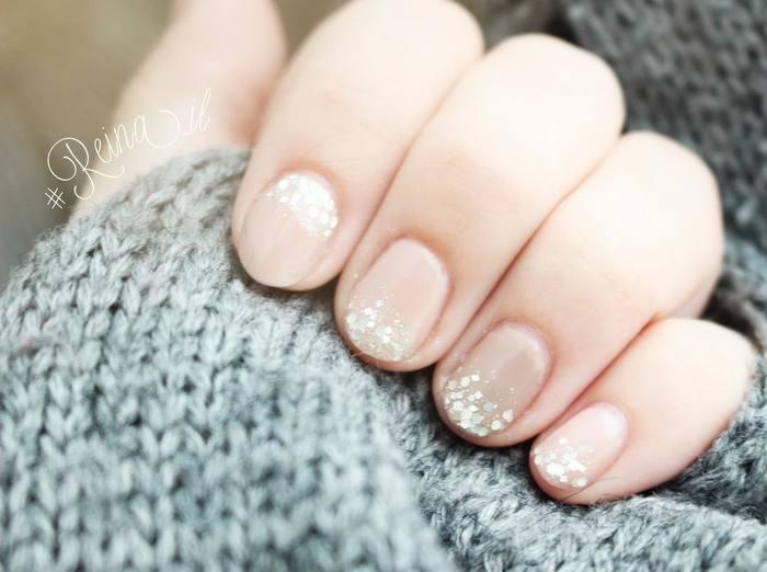 冬にぴったりなベージュピンクのラメグラデーションネイル。薬指だけをカフェラテの色、人差し指だけを根元のグラデにして、さりげないポイントに。