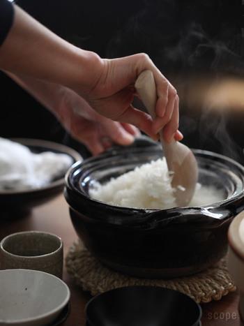 もちろん土鍋や家にあるふつうの鍋でもお米は炊けるのですが、炊飯鍋は専用に作られていて深さもあるので、使いやすくて便利ですね。残ったごはんを温め直してもふっくら美味しいのが魅力です。こちらは東屋(あずまや)の炊飯釜。2合用から5合用までサイズも豊富です。