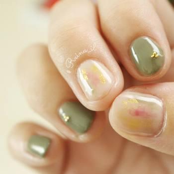 ちょっぴりスパイスの効いたセルフネイルがおしゃれな、れぃなさん(yun_pom_)。落ち着きあるカーキと中指と親指の塗りかけネイルの組み合わせが絶妙です♪