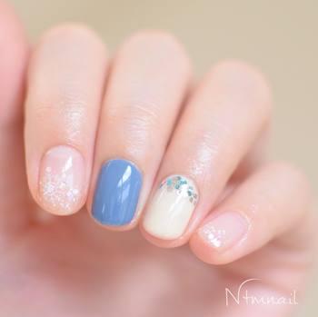 くすんだブルーをポイントにした、ラメホロと雪の結晶ネイル。北欧風のカラーがおしゃれで、シンプルなコーディネートにぴったりです。