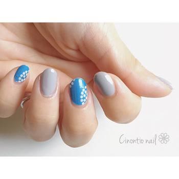 ブルーの小花柄がポイントの、落ち着きあるネイル。ブルーとグレーの色合いが絶妙な北欧風で、冬にもぴったりです♫