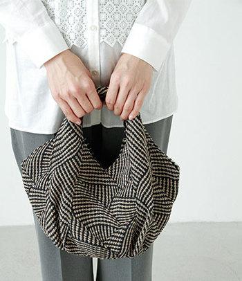 ニットのようなほっこりした生地感のコンパクトなトートバッグ。北欧っぽいユニークなフォルムで、ころんとかわいらしいデザイン♪