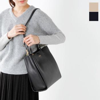 毎日使うバッグこそ、シンプルなものを選びたいもの。縦長のレザーバッグは、書類などもすっきりと収納できるので使い勝手も抜群!どんなコーデにもすっと馴染んでくれるデザイン♪