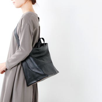 トートバッグとしても、肩から掛けてショルダーバッグとしても使える、便利な2wayのレザーバッグ。ソフトな質感のバングラデシュ産レザーはとっても持ちやすい上、高級感さえも伝わってきます。