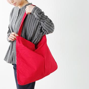 柔らかなコットンで作られたショルダーバッグは、シンプルな中にも抜群の存在感!肩に斜め掛けしたり、そのまま持ったりと、日々様々な表情を楽しむことができます。