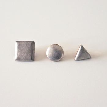 若山麻子さんがデザイン・制作を手掛けるブランド、「Amito(アミト)」の磁器の素材が珍しいピアス。  磁器とは土ではなく石の粉末を練ったもの。高温で焼きしめて作り、軽くて丈夫なのが特徴です。マルやシカクというシンプルな形の中にも風合いがあり、シルバーやゴールドなどの金属とはまた違った優しさを醸し出しています。