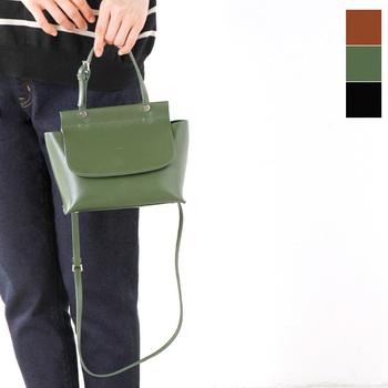 かっちりとしたレトロな雰囲気いっぱいのショルダーバッグ。ストラップを外せば、ハンドバッグとしても使える優秀バッグ♪