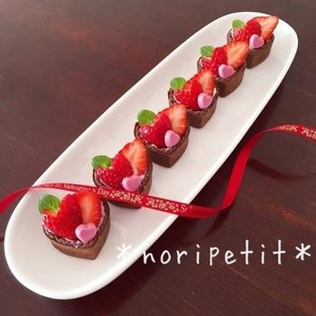 バレンタインや贈り物にもピッタリのチョコミニタルト。いちご飾りも生地もハートの形でより可愛く出来上がります。ミニサイズだから相手の方も食べやすいですよね。