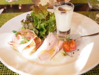 画像は、ランチコースの鎌倉野菜や地魚などの食材を使った「前菜の盛り合わせ」。  ランチメニューは、3種類。どのコースにも、前菜の盛り合わせ・自家製フォカッチャ・カフェが付いてきます。