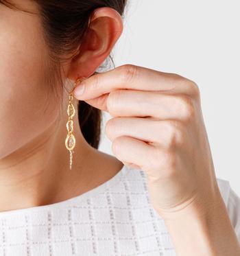 甘すぎずに大人の耳元を演出する「Joli&Micare(ジョリー&ミカーレ)」のピアス。  ハンドメイドならではのいびつな3つのリングと2種類のチェーンが組み合わされ、絶妙の揺れ感が大人の女性の耳元を華やかに演出します。派手すぎないゴールドが上品。
