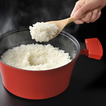 キッチンが手狭だったり、あまりごはんを炊く機会がない場合は、炊飯専用鍋よりもいろんなことができるお鍋のほうが便利な場合もありますね。 uhicookの「スチームカプセル」は、これひとつで炊く・焼く・揚げる・蒸す・煮る・茹でる…と何でもこなせる万能スチーム調理器です。