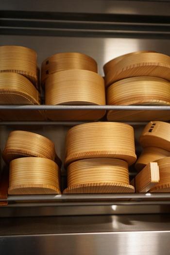 こちらはpick-lessさんの保管方法。食器棚にしまうと匂いがこもるような気がするため、換気扇の上に設置した棚に並べているそうです。とにかく乾燥させておくことが大切なんですね。