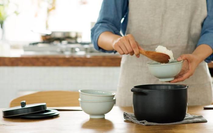 電気炊飯器もいいけれど、ぜひ試してほしいのが「鍋炊き」です。 難しそうに見えるかもしれませんが、お米の吸水さえ終えていれば、実際に火にかけている時間は20分もかかりません。実は手軽なんですよ。こちらのKINTO「KAKOMI 炊飯土鍋」は、小さめのかわいい2合炊きの炊飯鍋。炊けたらそのままテーブルへ持っていってもおしゃれです♪