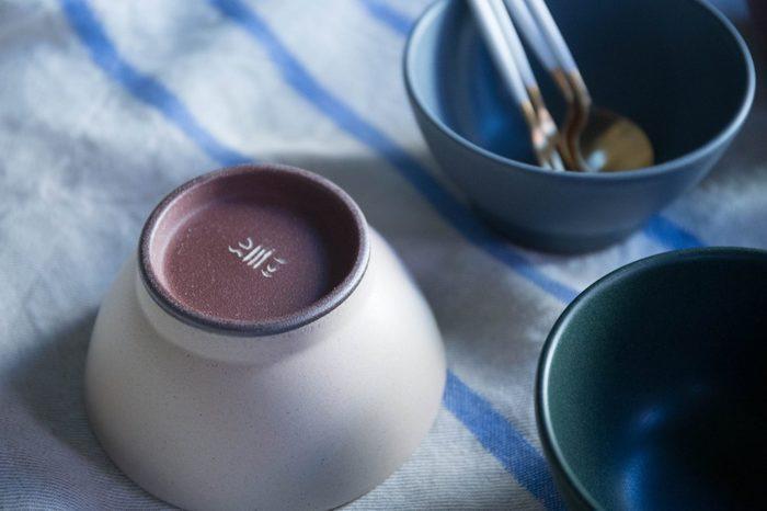 美味しく炊けたごはんは、お気に入りのお茶碗でいただきましょう♪こちらはSUEKI CERAMICS のライスボウル。シンプルで厚みがあり、安定感のあるお茶碗です。独特の質感と色合いが素敵ですね。
