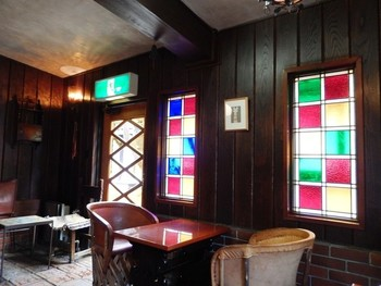 光原社の一画にある喫茶室「可否館」。店内にはコーヒーの香りが立ちこめます。  レトロなステンドグラスも素敵。