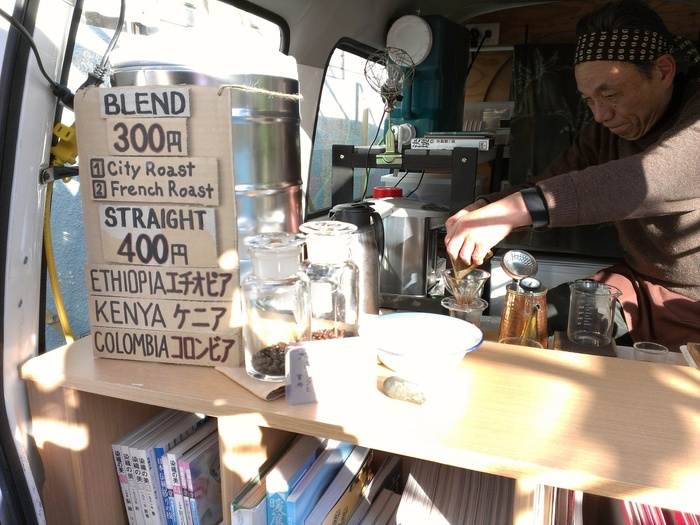 海外の動画サイトで話題となった珈琲は、一杯一杯丁寧にハンドドリップで淹れてくれます。散策の途中で、香り豊かな珈琲はいかが。