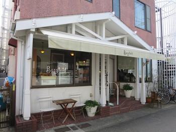 長谷観音近くの「ベルグフェルド長谷店」。鎌倉で老舗のドイツパンとケーキの店です。