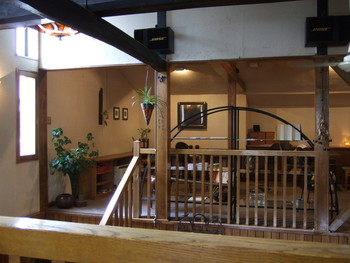 ロッジ風の店内は2階席もある造り。時おりコンサートも開かれる上品で瀟洒なお店です。