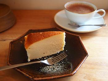 季節や天候に合わせた焙煎で、手作りのネルで淹れるこだわりのネルドリップコーヒー。岩手県産の素材を使った自家製のスコーンやケーキと一緒に。