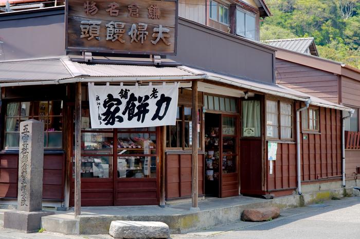 レトロな佇まいと白暖簾が印象的な老舗和菓子店「力餅屋」。