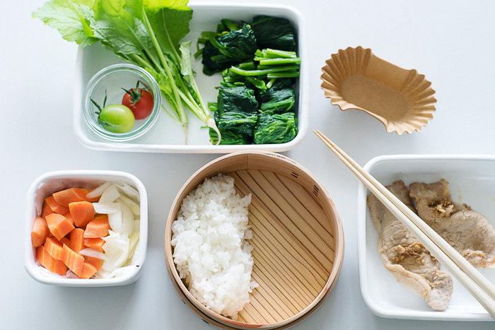 お弁当作りは意外と簡単。  まずお弁当箱の半分に主食のごはんやパンを詰めて