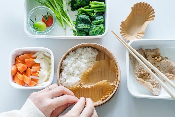 主菜、副菜のバランスを考えながらおかずカップを並べると詰める量の目安になります。